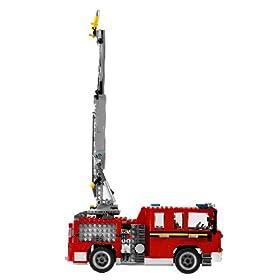 レゴクリエーターシリーズの消防車。背中のハシゴを伸ばしたところ