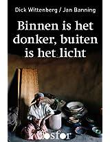 Binnen is het donker, buiten is het licht - kroniek van het naakte bestaan in een Afrikaans dorp (Dutch Edition)