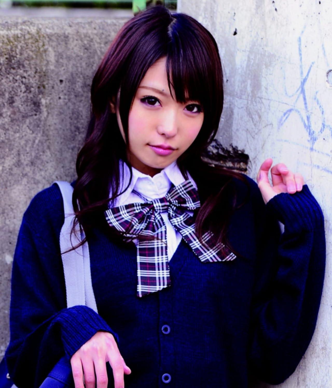 胸リボンの学制服に紺スクールカーディガンを着た美少女