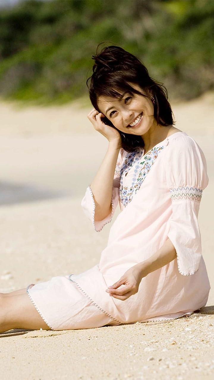 浜辺でちょこんと座る小林麻耶。